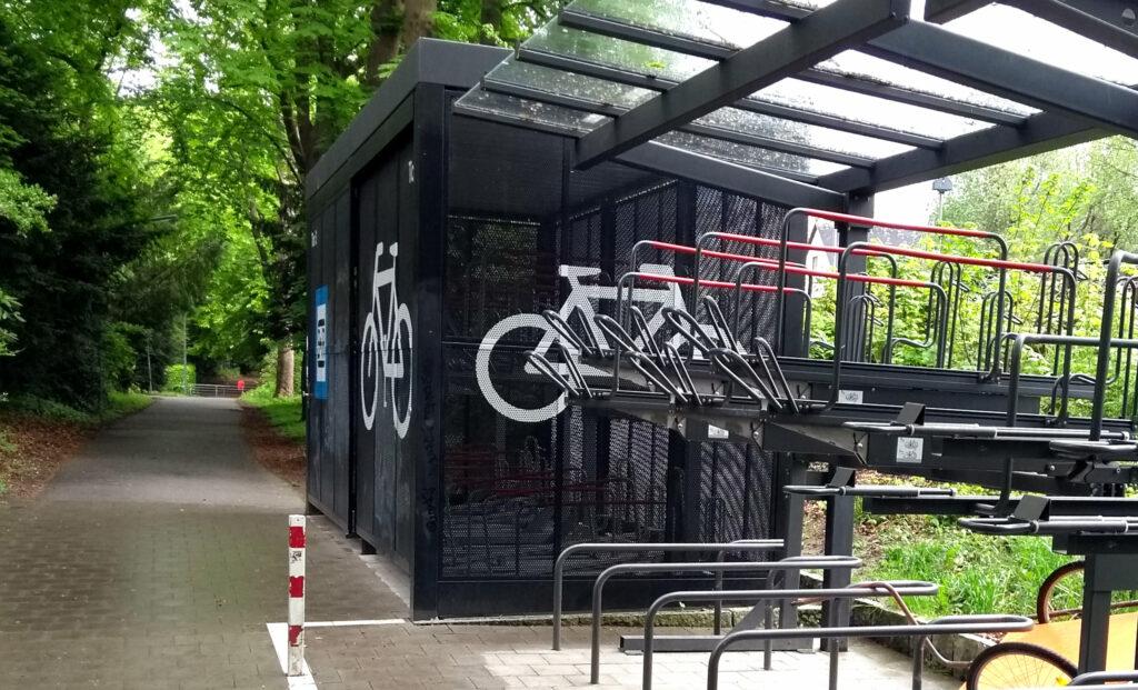 Der Bedarf an geschützten Fahrradstellplätzen nimmt mit teuren Pedelecs und Lastenrädern zu.